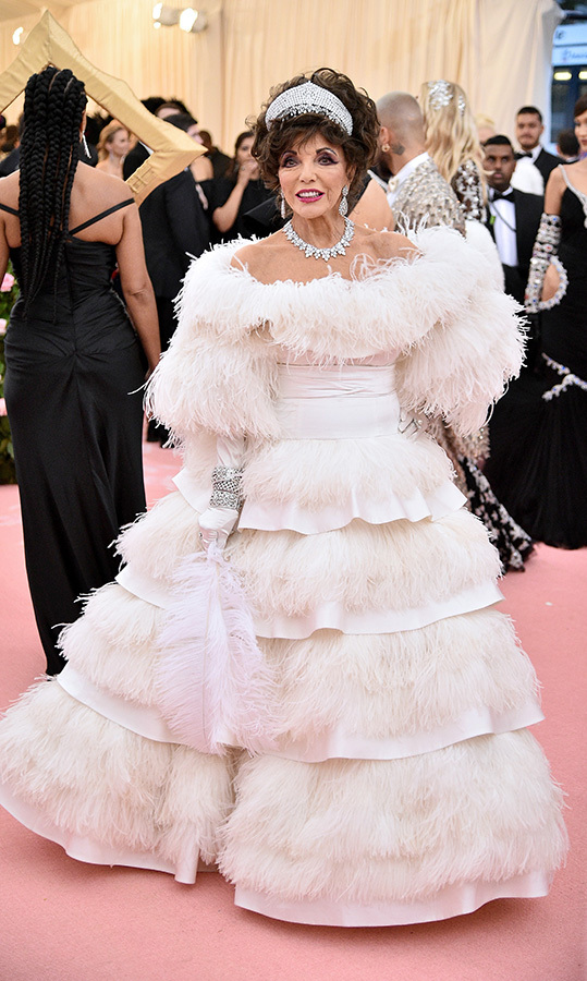"<a href=""https://ca.hellomagazine.com/tags/0/joan-collins""><strong>Joan Collins</strong></a> in Valentino