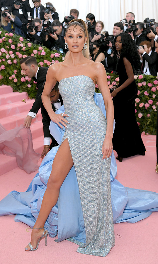 "<a href=""https://ca.hellomagazine.com/tags/0/candice-swanepoel""><strong>Candice Swanepoel</strong></a> in Prabal Gurung