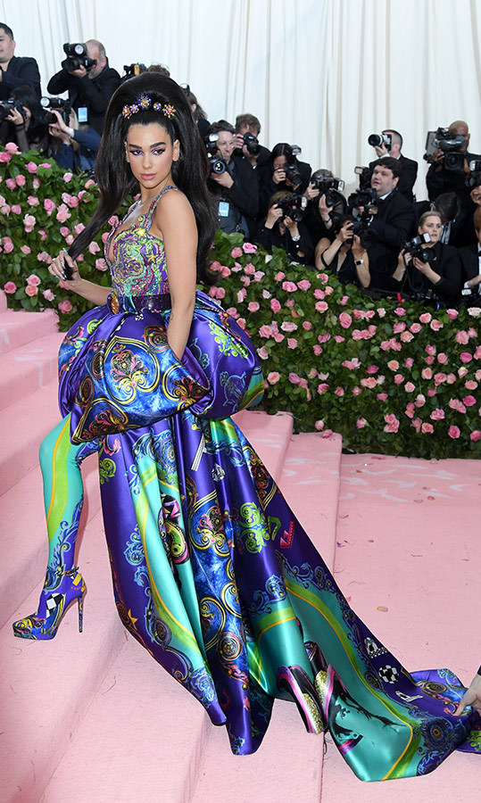"<a href=""https://ca.hellomagazine.com/tags/0/dua-lipa""><strong>Dua Lipa</strong></a> in Versace