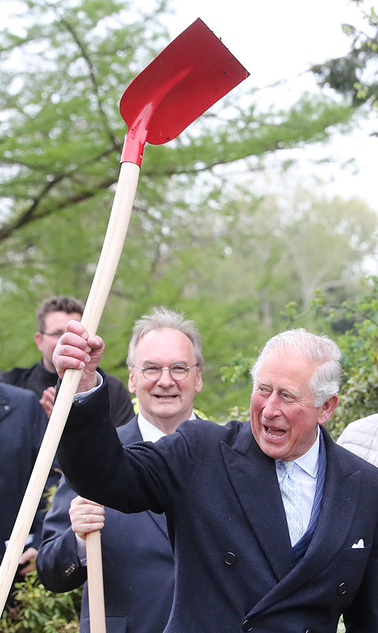 Charles celebrated after planting a tree in the Garden Dessau-Woerlitz.