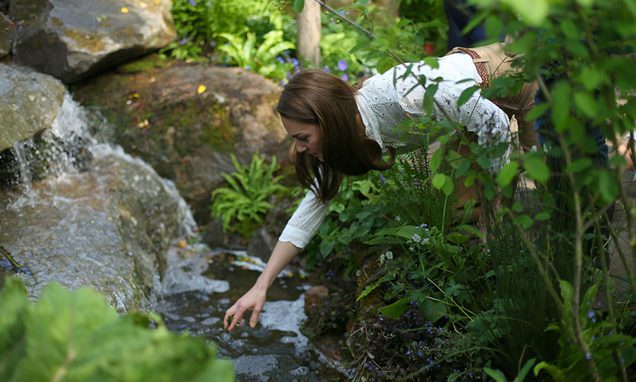 "Kate was very keen to touch the water in the stream that's part of her plot. <a href=""/tags/0/prince-george""><strong>Prince George</a></strong> and <strong><a href=""/tags/0/princess-charlotte"">Princess Charlotte</a></strong> loved the water when the Cambridge family <a href=""https://ca.hellomagazine.com/royalty/02019052051515/kate-middleton-brings-family-to-see-her-rhs-chelsea-flower-show-garden""><strong>visited the garden</a></strong> on Sunday! Photo: &copy; Yui Mok/Getty Images"