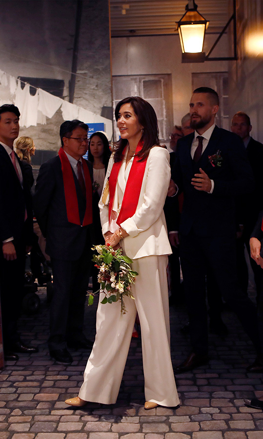 Crown Princess Mary looked beautiful in an all-white pantsuit while visiting the exhibition <em>H.C. Andersen and Copenhagen</em>, which is co-hosted by Seoul Museum of History and Odense City Museum.