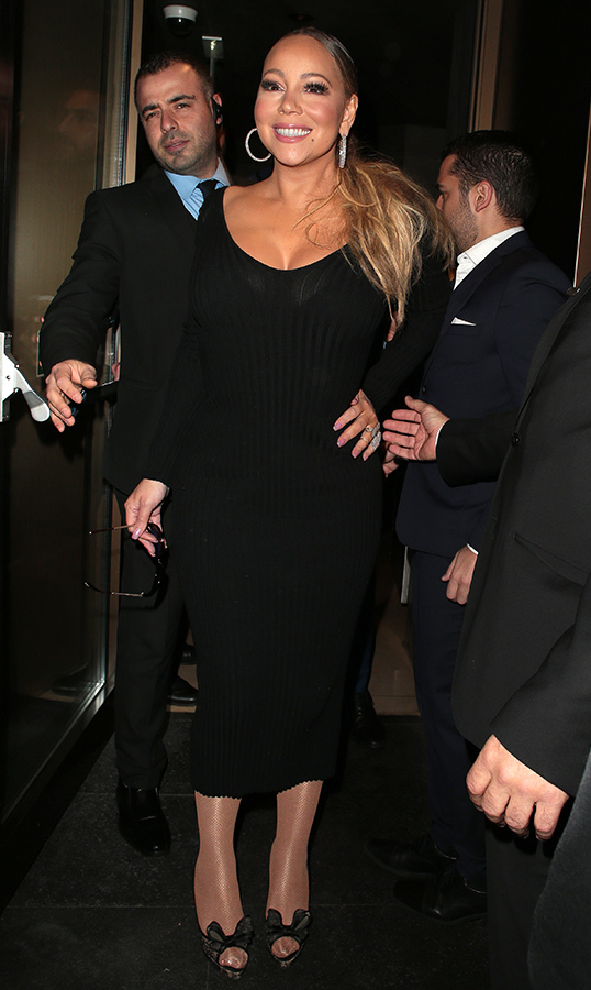 "<a href=""/tags/0/mariah-carey""><strong>Mariah Carey</strong></a> looked gorgeous in all black while leaving Novikov restaurant in London's Mayfair after her gig at Royal Albert Hall.