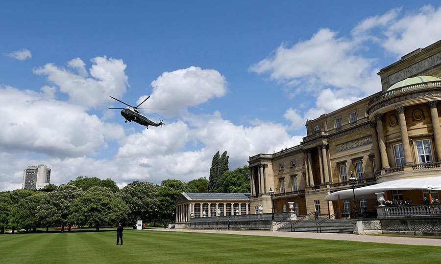 After arriving at their lodgings, the couple were airlifted to Buckingham Palace, and landed on the lawn. 