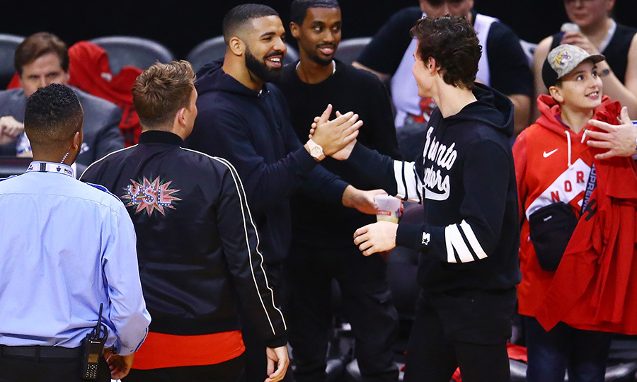 "Shawn took some time to chat with fellow superstar <strong><a href=""/tags/0/drake"">Drake</a></strong> after the game. 