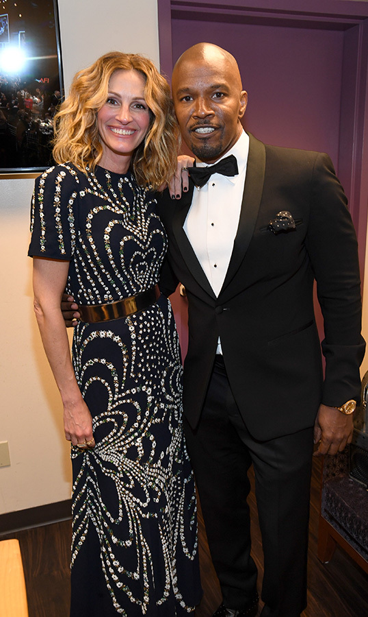 "<a href=""/tags/0/julia-roberts""><strong>Julia Roberts</strong></a> and <a href=""/tags/0/jamie-foxx""><strong>Jamie Foxx</strong></a> stopped for a photo together backstage. The actress stunned in a beautiful printed dress, while Jamie looked dapper in a tuxedo.