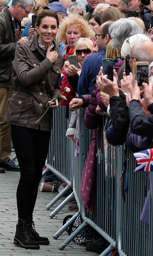 While arriving in Keswick, Kate made sure to say hello to well-wishers and royal watchers who had come to greet her and the duke. 