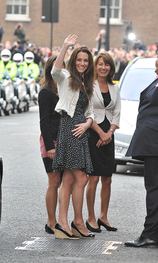 "Royal watchers were so excited to spot Kate, <a href=""/tags/0/pippa-middleton""><strong>Pippa</strong></a> and <a href=""/tags/0/carole-middleton""><strong>Carole Middleton</strong></a> on the eve of the soon-to-be <a href=""/tags/0/prince-william-and-kate""><strong>Duke and Duchess of Cambridge</strong></a>'s big wedding day at Westminster Abbey ub 2911. 