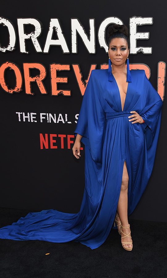 <strong>Jessica Pimentel</strong> (Maria Ruiz) looked gorgeous in a blue v-neck gown with a tie at the waist. She opted for strappy heels on her feet.