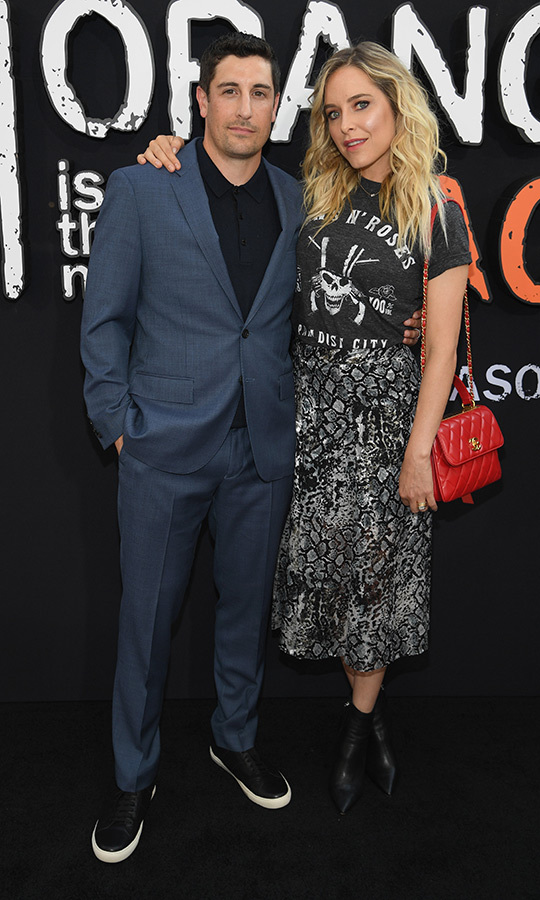 "<strong><a href=""/tags/0/jason-biggs"">Jason Biggs</a></strong> (Larry Bloom) chose a relatively dressed-down look, sporting a dark grey suit with a black shirt and black sneakers. He was accompanied by his wife, <strong>Jenny Mollen</strong>, who chose a grey snakeskin-printed skirt and a Guns 'N Roses shirt. 