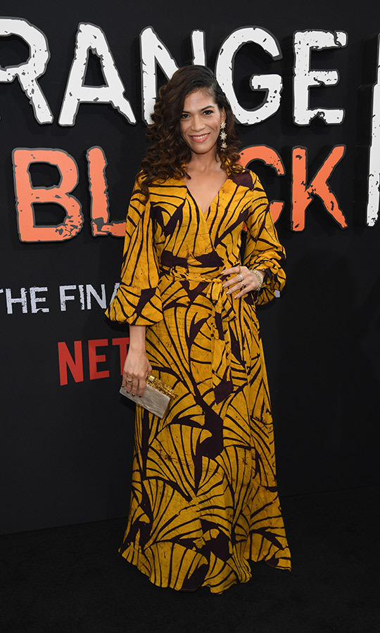 <strong>Laura Gomez</strong> (Blanca Flores) chose a beautiful seashell-patterned gold-and-black dress. 