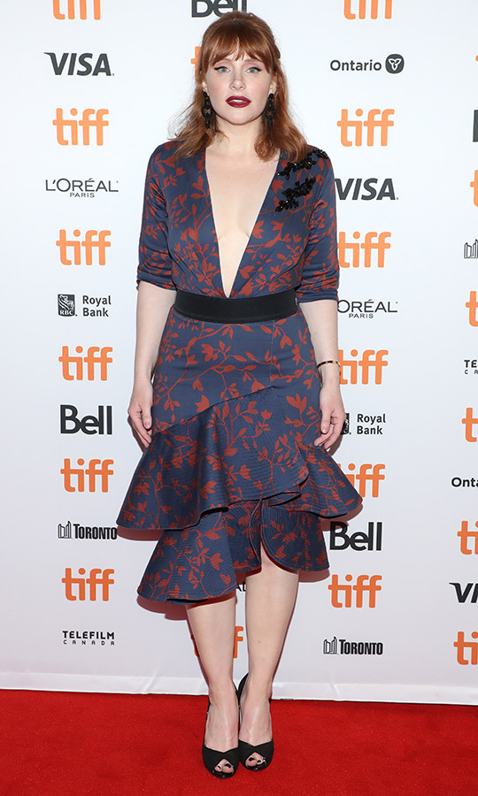 "<strong><a href=""/tags/0/bryce-dallas-howard"">Bryce Dallas Howard</strong></a> wore a very daring and gorgeous blue dress with red floral patterns and a plunging neckline on the red carpet for <i>Dads</i>, the new documentary she directed, which stars her father, <Strong>Ron Howard</strong>.