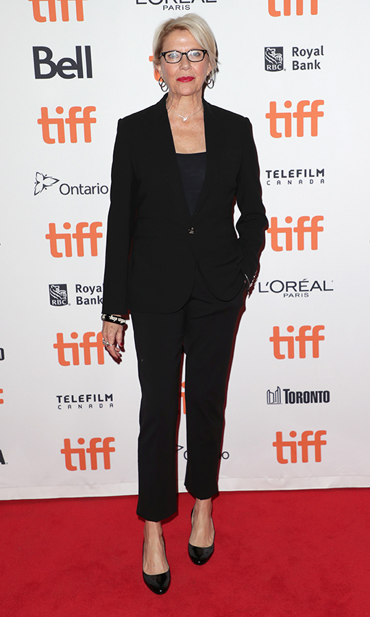"All-black ensembles are a major trend this year! <strong><a href=""/tags/0/annette-bening"">Annette Bening</a></strong> chose a classy fully noir outfit for the red carpet of <i>Hope Gap</i>.