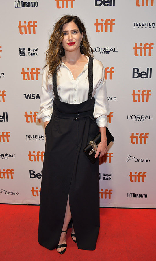 "We love <strong><a href=""/tags/0/kathryn-hahn"">Kathryn Hahn</a></strong>'s look on the <i>Mrs. Fletcher</i> red carpet! She chose a plain white blouse underneath a black skirt held up by suspenders that made it look like overalls-meet-dress!