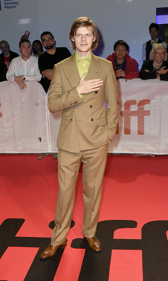 "We're seeing some very unique colour combinations this <strong><a href=""/tags/0/tiff"">TIFF</a></strong>! <strong><a href=""/tags/0/lucas-hedges"">Lucas Hedges</a></strong> chose a tan suit with a green shirt for his red carpet appearance at <i>Honey Boy</i>'s premiere.