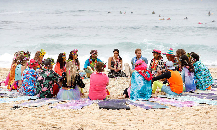 "On Oct. 19, <Strong><a href=""/tags/0/meghan-markle"">Meghan</a></strong> and <Strong><a href=""/tags/0/prince-harry"">Harry</a></strong> met with OneWave, a group that raises awareness of mental health issues, at Sydney's Bondi Beach. They looked so relaxed and happy!
