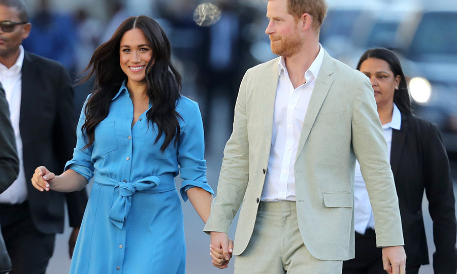 In the afternoon, Meghan and Harry arrived at the District 6 Museum in Cape Town, and they were holding hands again! 