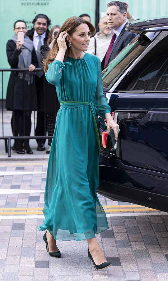 <P>Kate looked GORGEOUS as she arrived, wearing a teal cocktail dress by <Strong>ARoss Girl,</strong> earrings by <Strong>Zeen</strong> and green high heels.