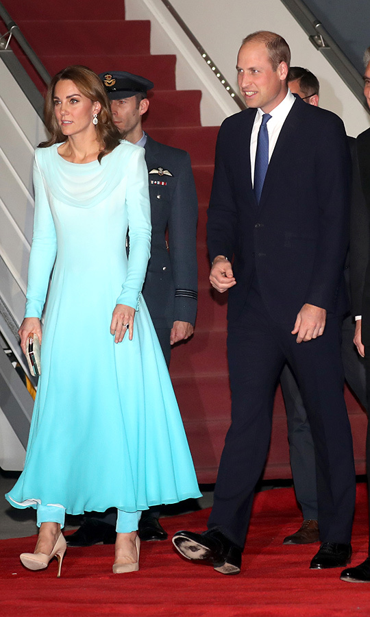 "Kate looked breathtaking, wearing a turquoise shalwar kameez. It's a traditional dress-and-trousers combination. The one she chose was a bespoke creation by <strong><a href=""/tags/0/catherine-walker"">Catherine Walker</a></strong>, one of her go-to designers. 