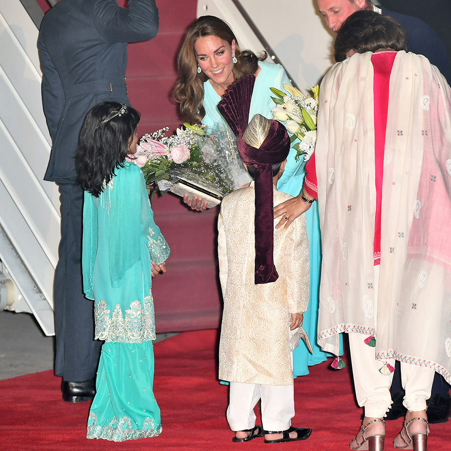 A huge red carpet had been rolled out for the duke and duchess, who were presented with flowers by these adorable kids. 