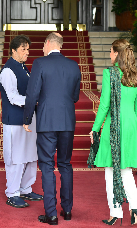 Following those engagements, the couple changed into more formal wear, with William in a navy suit and Kate in navy heels, cream-coloured pants and a green jacket with a patterned green scarf for a meeting with Pakistan Prime Minister <strong>Imran Khan</strong>. Note that Kate's outfit is the colours of Pakistan's flag! This isn't the first time we've seen her wear patriotic outfits on tour. For her first trip to Canada as a royal, Kate was frequently spotted out in red-and-white outfits! 