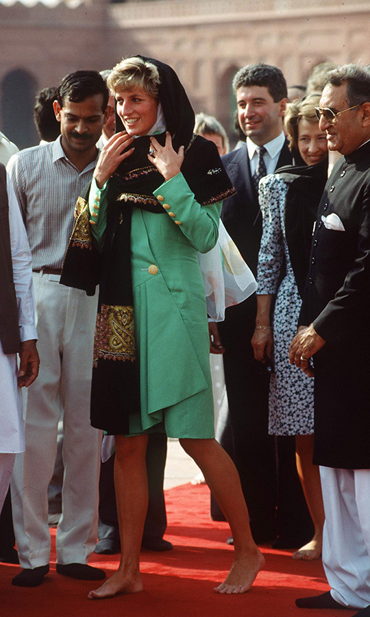 Diana was given a special shawl with which to cover her head, and also removed her shoes while visiting the site, which was built by the Mughal emperor <strong>Aurangzeb</strong> in 1671. 