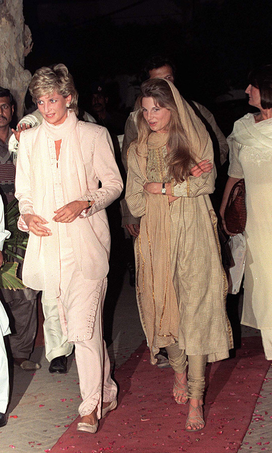 That evening, Diana went with Jemima to a Lahore restaurant for dinner. 