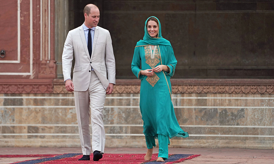 William and Kate then headed to the Badshahi Mosque in the ancient walled city of Lahore. Kate looked stunning in a turquioise embroidered shalwar kameez, which she paired with a matching headscarf. William looked very smart in a light tan suit.