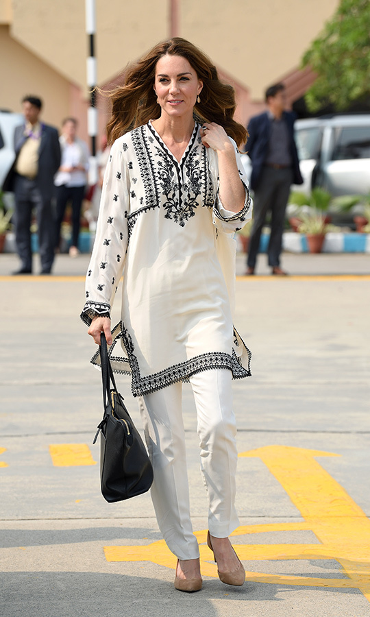 "On the final day of the tour, Kate arrived at Lahore airport wearing a cream kurta with black patterns and embroidering by <strong>Elan</strong>, which she paired with matching pants. She wore nude <Strong><a href=""/tags/0/j-crew"">J. Crew</a></strong> heels on her feet, and had a black carryall by <strong>Smythson</strong> in her hand. 
