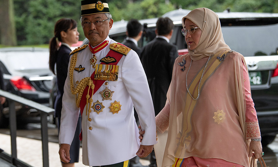 Malaysia's King <strong>Sultan Abdullah Sultan Ahmad Shah</strong> and Queen <strong>Tunku Azizah Aminah Maimunah</strong>held hands as they arrived. 