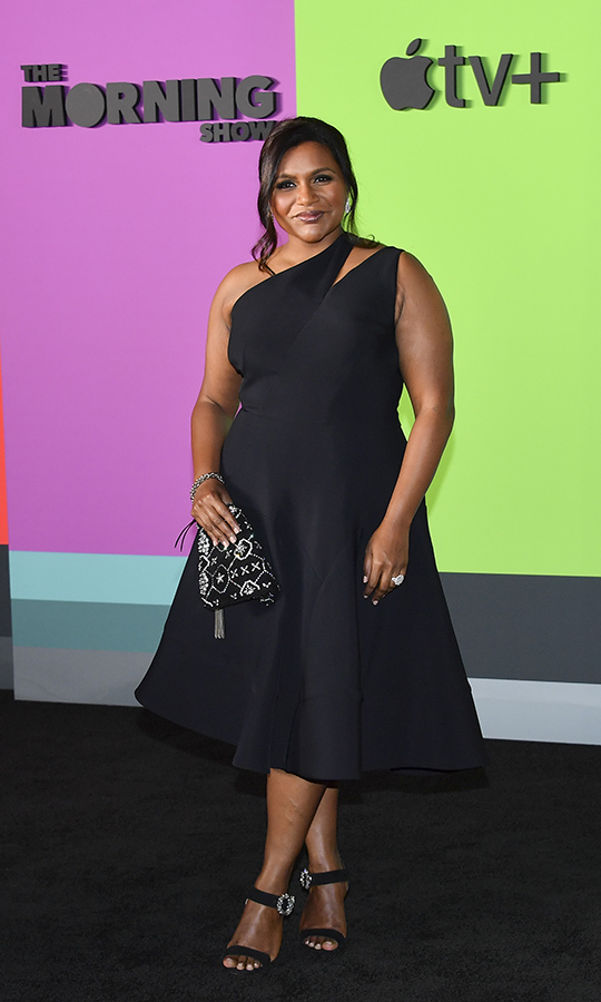 "<strong><a href=""/tags/0/mindy-kaling"">Mindy Kaling</a></strong>, who has a guest role on the show, looked gorgeous in a black sleeveless one-shoulder dress, which she paired with black sandal heels and a black-and-silver purse.