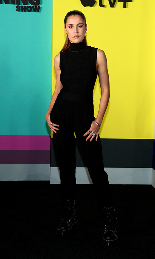 <strong>Oona Roche</strong>, who plays Lizzy on the show, rocked a black sleeveless top with a turtleneck, black sneakers and black jeans. 