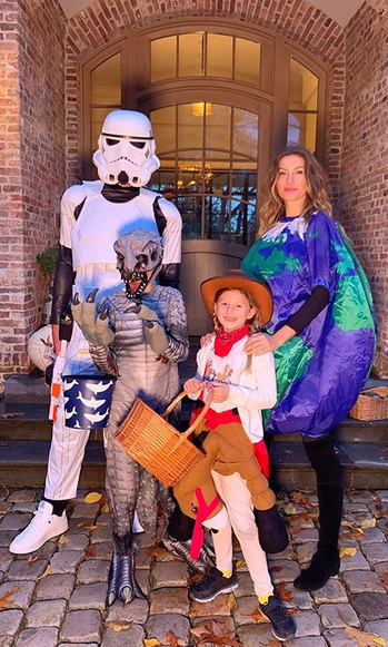 "<strong><a href=""/tags/0/tom-brady"">Tom Brady</a></strong> and <Strong><a href=""/tags/0/gisele-bundchen"">Gisele Bundchen</a></strong> got in on the trick-or-treating fun, heading out with their kids! Tom was a <i><a href=""/tags/0/star-wars""><strong>Star Wars</i></a></strong> Storm Trooper, Gisele was Mother Earth and their kids <strong>Ben</strong> and <Strong>Vivian</strong> were a dinosaur and cowgirl. 