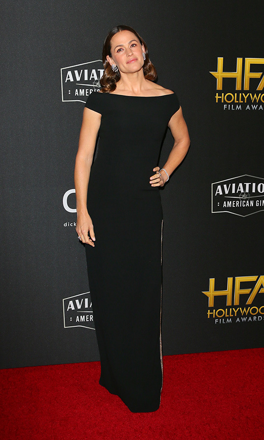 "<strong><a href=""/tags/0/jennifer-garner"">Jennifer Garner</a></strong> looked gorgeous in a black off-the-shoulder gown.