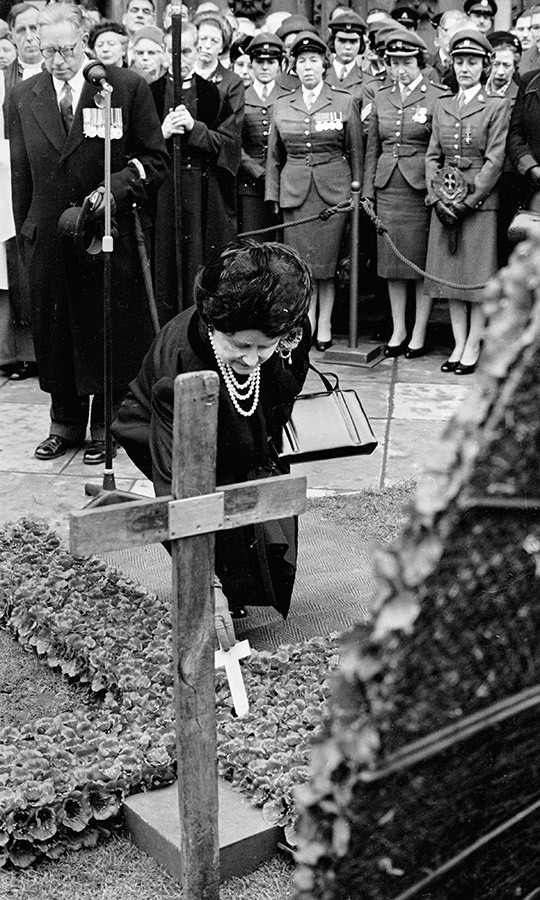The Queen Mother leaves a cross at the Field of Remembrance in 1965. 