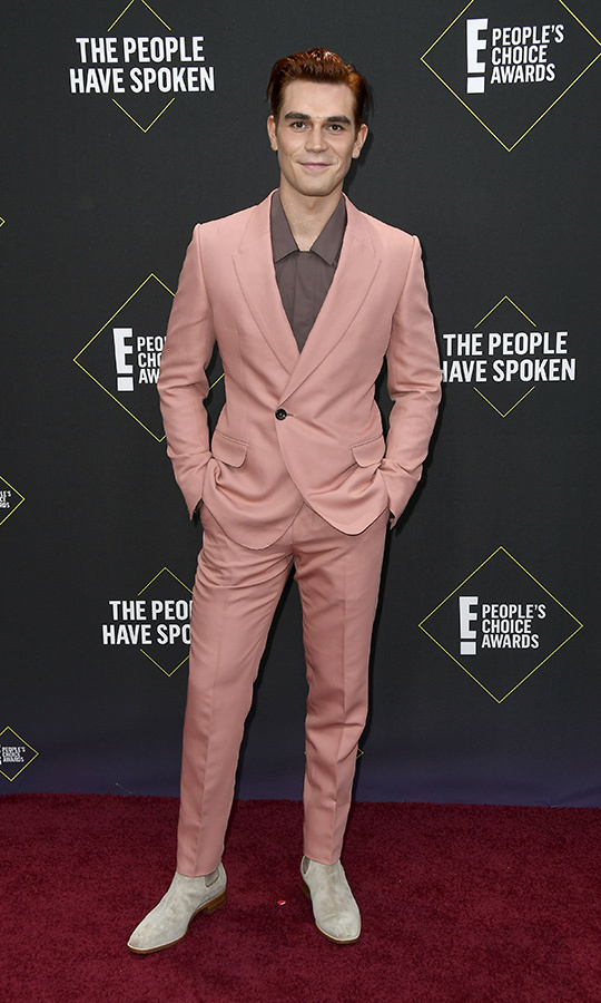 "<strong><a href=""/tags/0/riverdale""><I>Riverdale</i></strong></a> star <strong><a href=""/tags/0/kj-apa"">KJ Apa</a></strong> showed off some unique style by pairing a pink suit with a brown shirt and grey shoes.