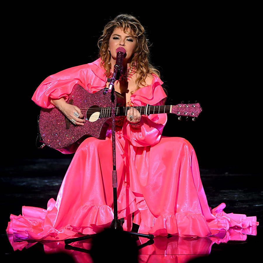 "Shania, who last appeared at the AMAs in 2003, opened the set by paying tribute to award winners of recent years, including <strong><a href=""/tags/0/taylor-swift"">Taylor Swift</a></strong> and <strong><a href=""/tags/0/post-malone"">Post Malone</a></strong>. She strummed a pink acoustic guitar as she sat alone on stage, performing Taylor's ""Shake It Off"" and Post's ""Wow"" in what looked like gorgeous pink dress, complete with a pink microphone. 