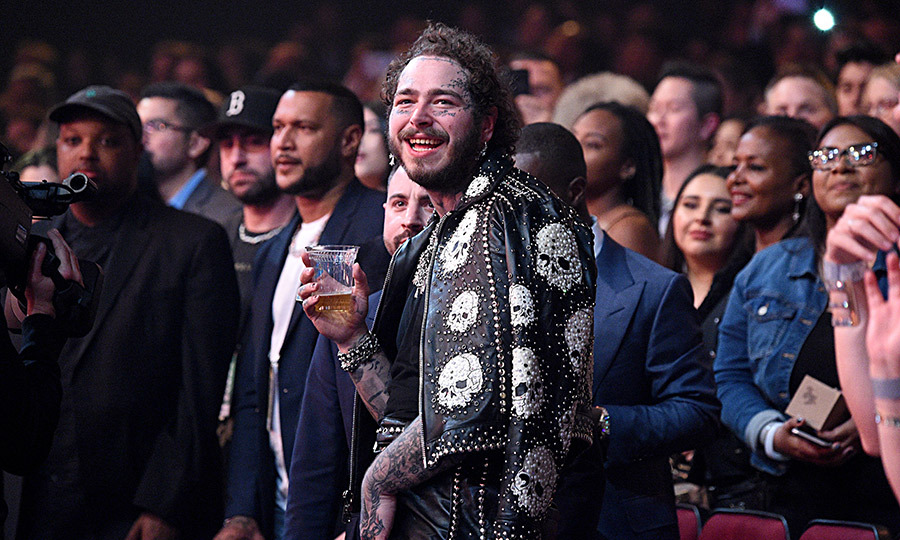 "At that point, the audience went completely nuts – and many of today's biggest hitmakers were spotted getting their groove on in the crowd! Post couldn't help himself, and nor could Taylor, who both <a href=""https://twitter.com/etalkCTV/status/1198954574805114880"">busted moves </a>and sang along like her hugest stans to ""That Don't Impress Me Much"" and ""Man! I Feel Like a Woman."" 