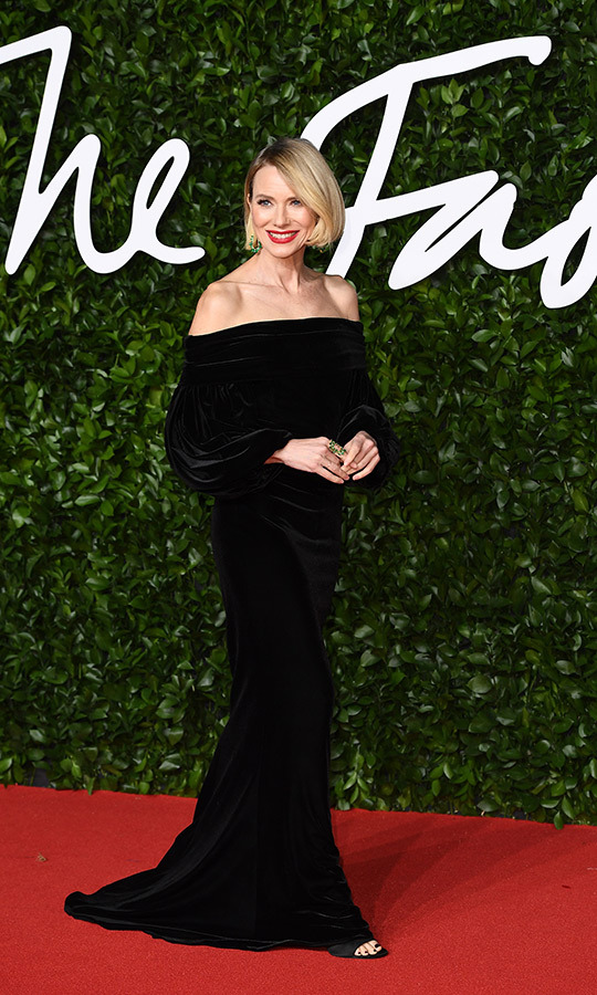 <strong><a href=/tags/0/naomi-watts>Naomi Watts</a></strong> looked amazing in this shoulderless black dress with long sleeves.