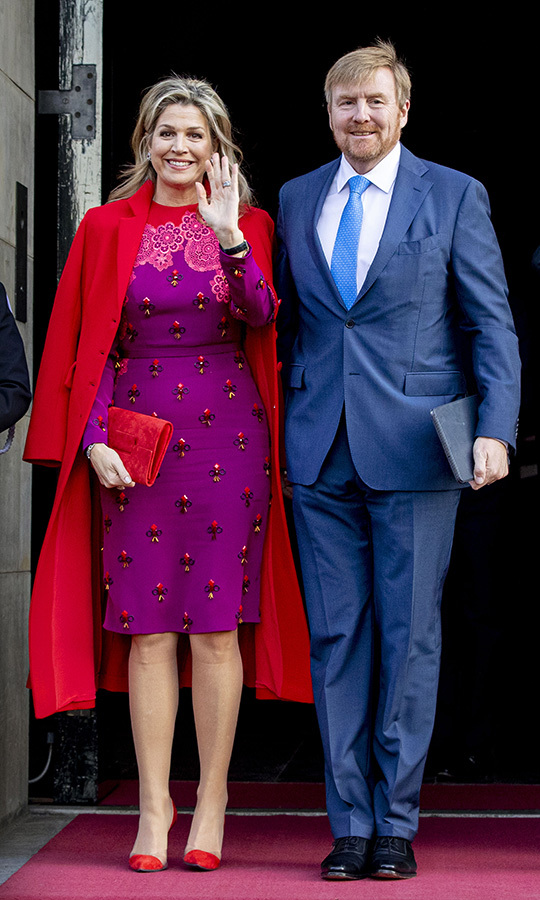 Pink and red, a colour combination that normally clashes, has been all the rage this year at awards shows and on red carpets, and <Strong><A href=/tags/0/queen-maxima>Queen Máxima</a></strong> brought it out in full force on Dec. 4! The Dutch Queen wore a purple midi dress from <Strong>Claes Iversen</strong>'s SS 2017 Couture collection which had a black and red print and red floral detailing around the neckline. She added a bright red coat and a pair of matching heels with see-through panels. It's a very festive look! 
