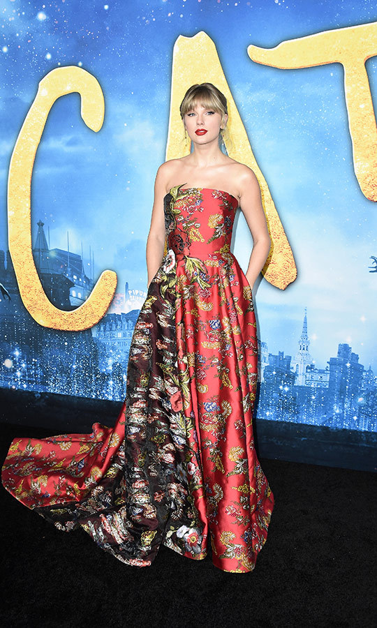 WOW! <strong><a href=/tags/0/taylor-swift>Taylor Swift</a></strong> looked unbelievable in an <strong><a href=/tags/0/oscar-de-la-renta>Oscar de la Renta</a></strong> appliqued ruby floral fil coupé satin gown. It managed to be festive and springlike at once, and could really be worn any time of the year!