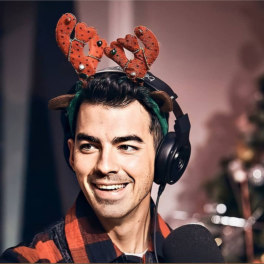 "<h2>Joe Jonas</h2><p></p><a href=""https://ca.hellomagazine.com/tags/0/joe-jonas""><strong>Joe Jonas</a></strong> used this festive photo to point out that there's no Rudolph emoji.<p></p>Photo: © Instagram/joejonas"