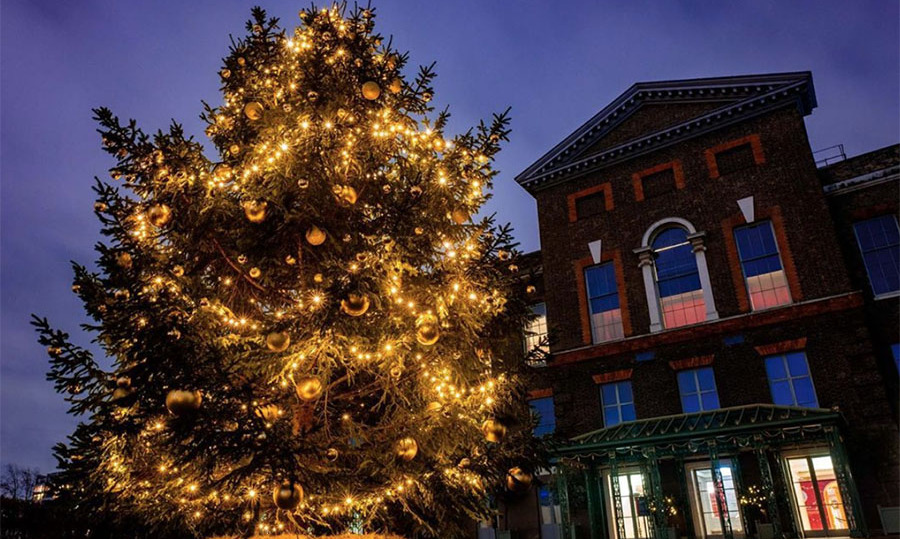 "<h2>Kensington Royal</h2><p></p>The Kensington Royal Instagram account shared this splendid photo of the lit-up Christmas tree. <a href=""https://www.instagram.com/p/B6SmHvGlZOJ/"" target=""_blank"">In the message</a>, they highlighted the importance of giving back and helping those in need this holiday season.<p></p>Photo: © Instagram/kensingtonroyal"