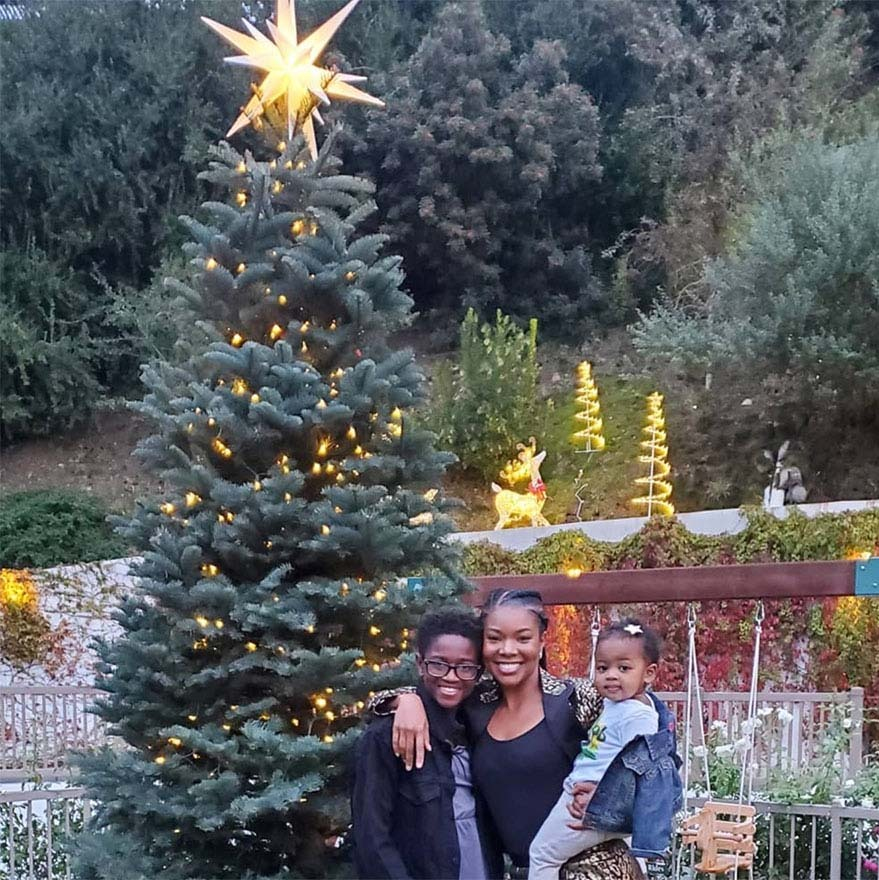 "<h2>Gabrielle Union-Wade</h2><p>When the weather is nice, why not decorate the trees outside? <strong><a href=""https://ca.hellomagazine.com/tags/0/gabrielle-union"">Gabrielle Union-Wade</a></strong> did that then posed with her family by their majestic Christmas tree.<p>Photo: © Instagram/gabunion"