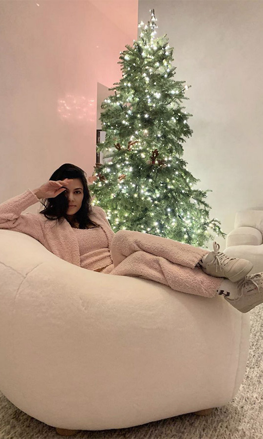 "<h2>Kourtney Kardashian</h2><p></p><strong><a href=""https://ca.hellomagazine.com/tags/0/kourtney-kardashian"">Kourtney Kardashian</a></strong> had a ""cozy morning"" in front of her beautifully lit Christmas tree.<p></p>Photo: © Instagram/kourtneykardash"