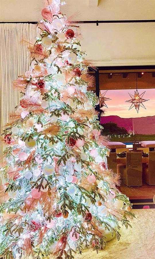 "<h2>Khloe Kardashian</h2><p></p>Talk about a tree that glows bright! <a href=""https://ca.hellomagazine.com/tags/0/khloe-kardashian"" target=""_blank""><strong>Khloe Kardashian</a></strong> showcased her pink and red Christmas tree on Instagram.<p></p>Photo: © Instagram/khloekardashian"