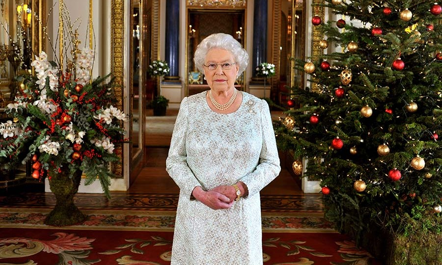 <h2>2012</h2></p><p>The 2012 Christmas speech was the first time it was broadcast in 3D! For the occasion, the Queen looked lovely in a textured white dress which brought to mind falling snow. She accessorized with her pearl necklace, earrings and brooch. The speech was filmed in the White Drawing Room at Buckingham Palace.</p><p>Photo: © John Stillwell - WPA Pool/Getty Images