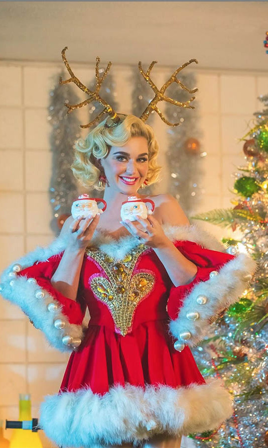 "<h2>Katy Perry</h2><p></p><strong><a href=""https://ca.hellomagazine.com/tags/0/katy-perry"">Katy Perry</strong></a> oozed holiday cheer with her outfit, reindeer antlers and cups of cocoa!<p>Photo: © Instagram/katyperry"