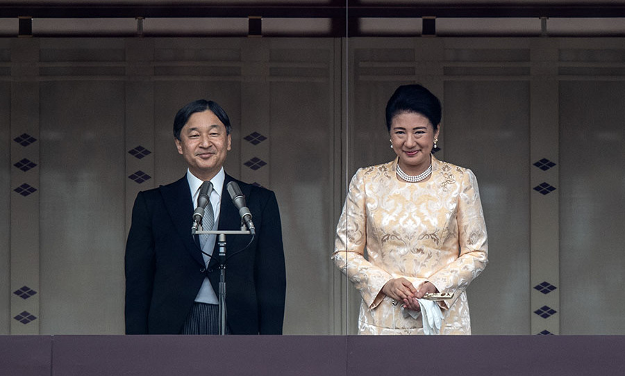 "<strong><a href=""https://ca.hellomagazine.com/tags/0/empress-masako/"" target=""_blank"">Empress Masako</a></strong> was resplendent in gold as <a href=""https://ca.hellomagazine.com/tags/0/emperor-naruhito"" target=""_blank""><strong>Emperor Naruhito</strong></a> delivered a traditional New Year's greeting at the Imperial Palace on Jan. 2 in Tokyo, Japan. She accessorized with a multi-strand pearl necklace and earrings and white gloves.</p><p>Photo: © Carl Court/Getty Images"