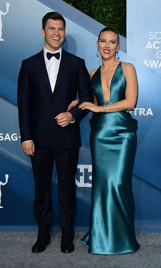 <a href=/tags/0/scarlett-johansson><strong>Scarlett Johansson</strong></a> and fiancé <strong>Colin Jost</strong> shared a laugh together as they walked up the silver carpet arm-in-arm. <p>Photo: &copy; FREDERIC J. BROWN/AFP via Getty Images